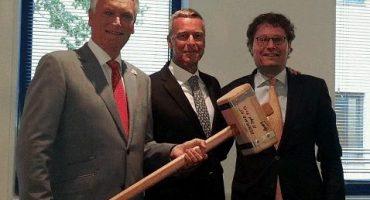 Bart Hogendoorn ontvangt voorzittershamer uit handen van Harry van Dorenmalen