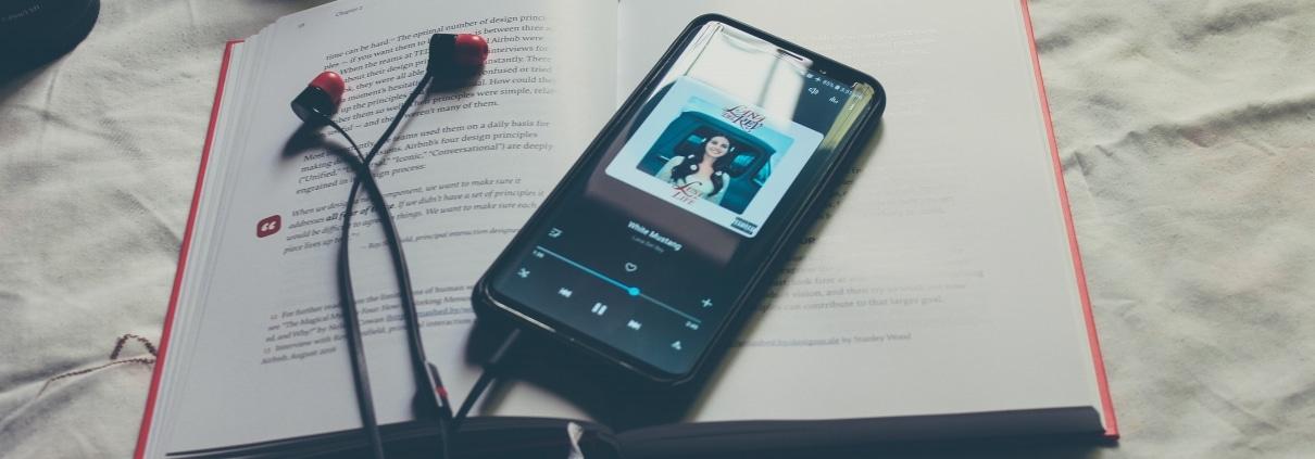 smartphone met koptelefoon en streaming muziek